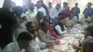 Suresh Kalmadi , Ganesh immersion ceremony 2017 , गणेश विसर्जन सोहळा , Pune , Girish bapat , Suresh Kalmadi seen with BJP leaders in Pune , Loksatta, Loksatta news, Marathi, Marathi news
